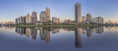 Série São Paulo - Panorâmica de edifícios e seus reflexos às margens do Rio Pinheiros.