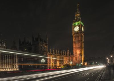 Série Londres - noturna com rastros de luz, em frente ao Big Ben e o Palácio de Westminster