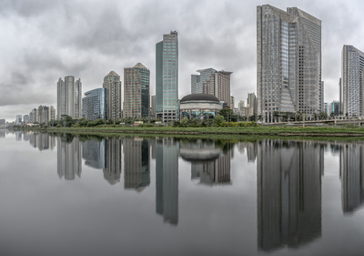 Série São Paulo - Panorâmica de edifícios e seus reflexos às margens do Rio Pinheiros, em final de dia nublado