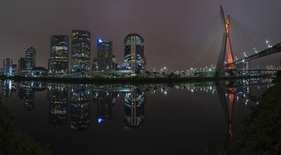 Série São Paulo - Panorâmica da Ponte Estaiada e os reflexos de prédios sobre o Rio Pinheiros