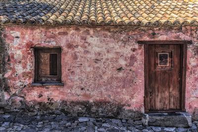 Casa rosada e antiga em estilo colonial