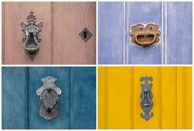Conjunto de aldravas antigas em portas coloridas