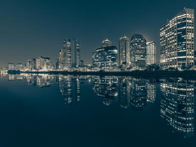 Série São Paulo - Tonalizadas - Noturna do skyline de prédios e seus reflexos às margens do Rio Pinheiros com detalhes de janelas iluminadas
