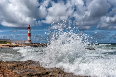 Série Salvador – Farol de Itapuã com ondas batendo nas pedras, Bahia