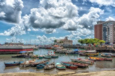 Série Salvador – Coloridos barcos de pesca ancorados na Baía de Todos os Santos, Bahia
