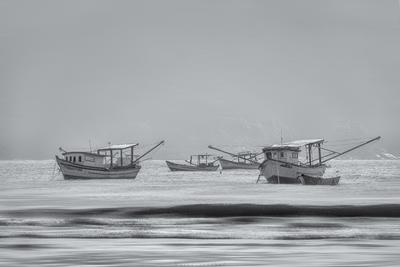 Série Guarujá - Barcos pesqueiros ancorados na Praia de Perequê - Imagem em P&B