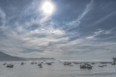 Série Guarujá – Manhã calma e ensolarada na praia com barcos pesqueiros ancorados