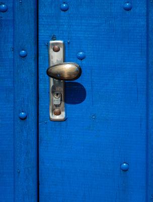 maçaneta em porta azul