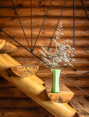 vaso com flores na escada