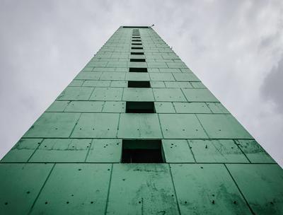 torre verde com janelas