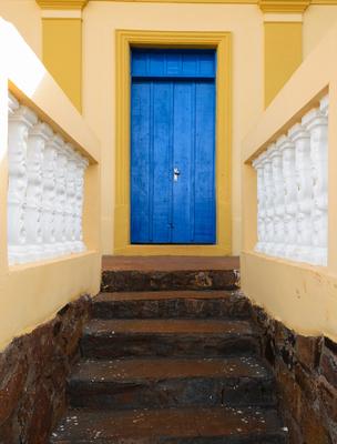 porta azul e escada