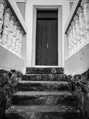 escada de pedra e porta