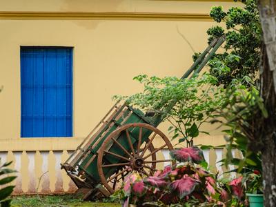 janela azul e carroça