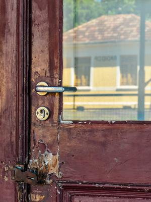 reflexo na porta vermelha