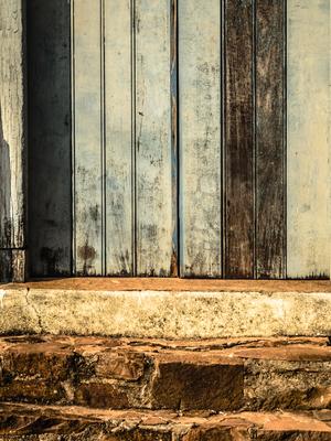 porta e escada de pedra