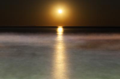Lua cheia nascendo no horizonte