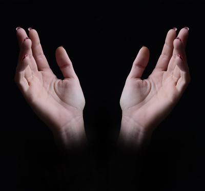 Agradecimento a Deus. Mãos de mulher ao céu.
