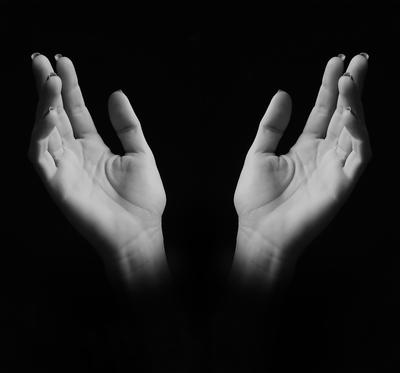 Agradecimento a Deus. Mãos de mulher ao céu. P&B