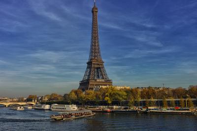 Vista da Torre Eiffel e o Rio Sena