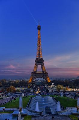 Torre Eiffel noturna iluminada