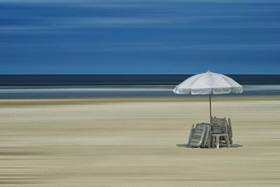 Praia com guarda-sol