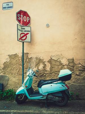 Vespa nas ruas da Toscana