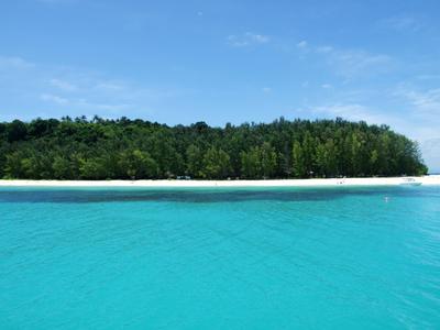 Ilha verde com mar azul
