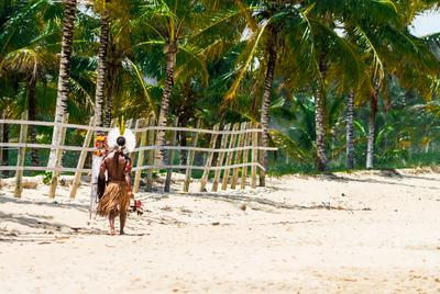 Indio caminhando no litoral Baiano - Como Cabral descobriu o Brasil