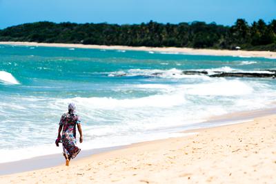 Baiana caminhando na areia